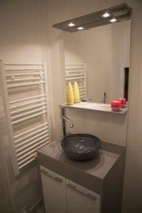 Vasque et sèche serviette électrique d'une maisonnette meublée.