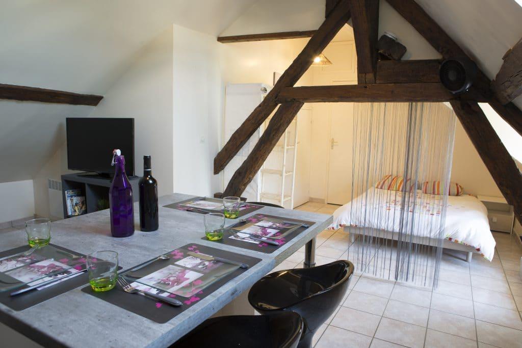 un studio meublé situé au deuxième étage d'un immeuble de rapport constitué de trois appartements et d'un local commercial type restaurant gastronomique.