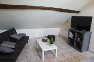 un petit coin salon dans un studio meublé au deuxième étage. Accès à la TV ainsi qu'au WIFI.