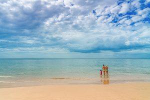 Famille seule sur plage, liberté et grandeur
